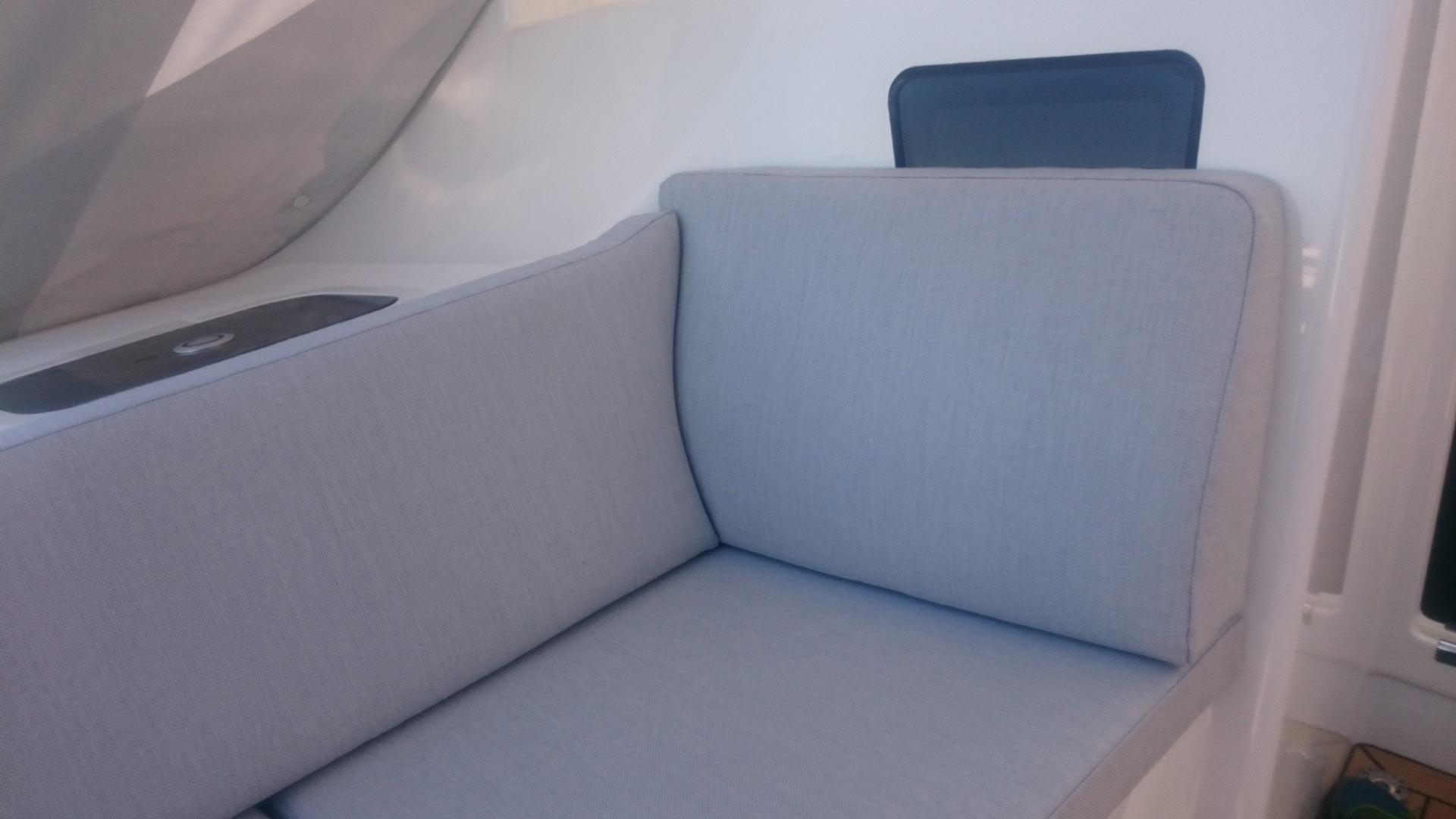 Deckspolster-fuer-Segelyacht-mit-Rueckenlehne-und-angeformten-Seitenkissen
