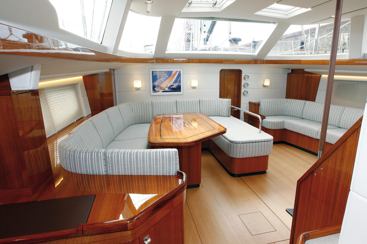 Saloneinrichtung einer 60ft Segelyacht: angeformte Salonpolster und Decken- und Wandbespannungen mit Kunstleder